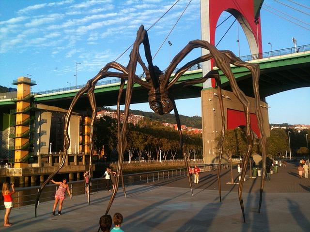 la scultura del ragno nella piazza di fronte al museo
