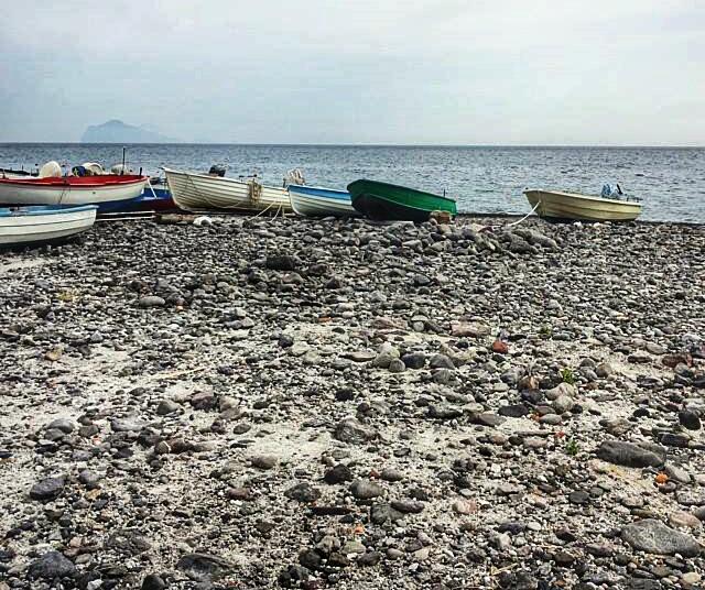 barche sulla spiaggia delle Eolie
