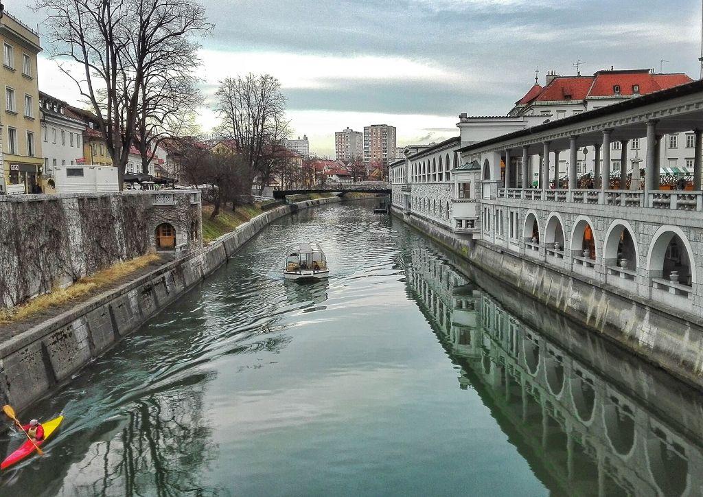 fiume e mercato centrale