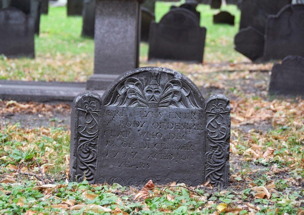 lapide scolpita in un cimitero storico