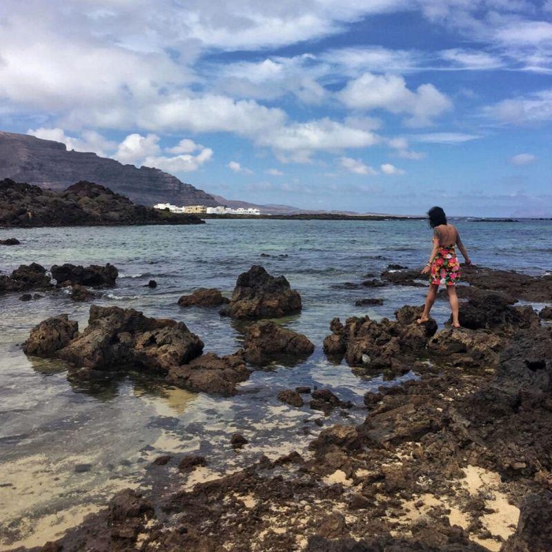 camminando sugli scogli al mare
