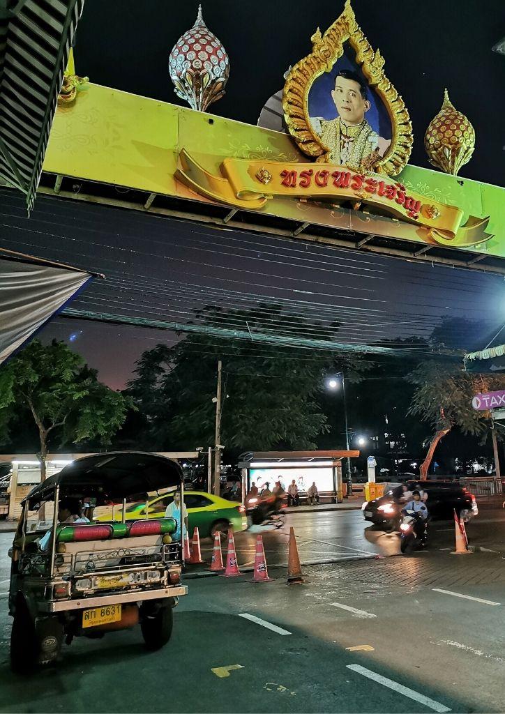 immagine del re della thailandia in strada