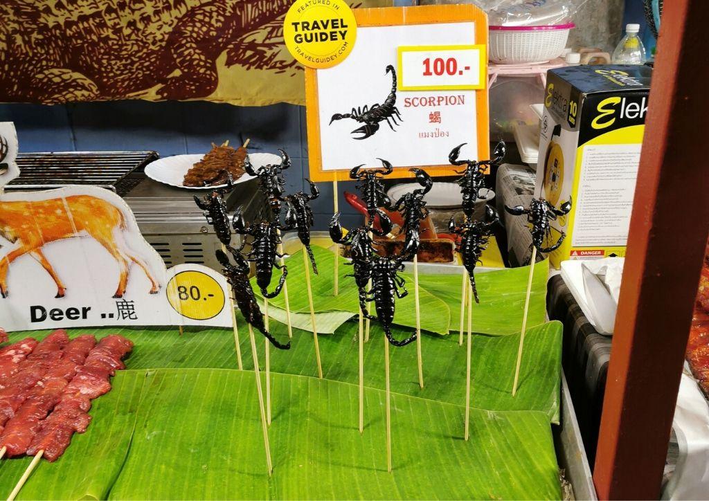 scorpioni fritti su una bancarella