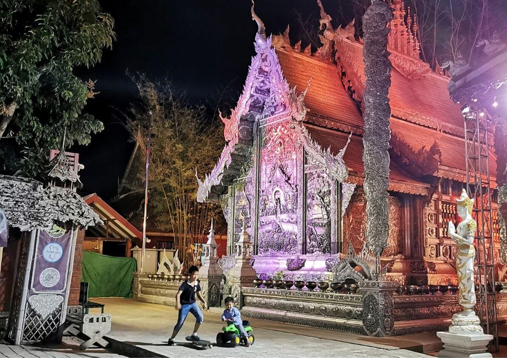 bambini giocano di fronte al Silver Temple