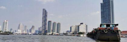 vista dello skyline di bangkok da un battello lungo il fiume