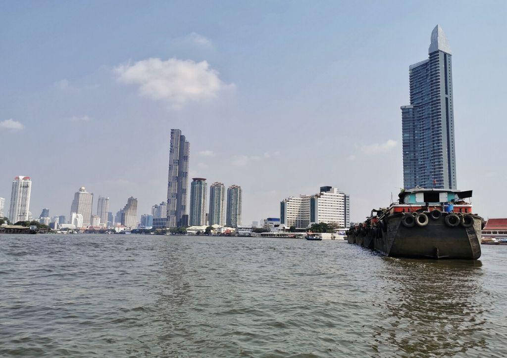 vista dello skyline della città da un battello lungo il fiume