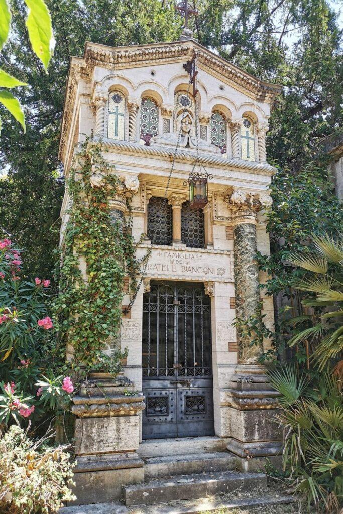 cappella funebre ricoperta dall'edera