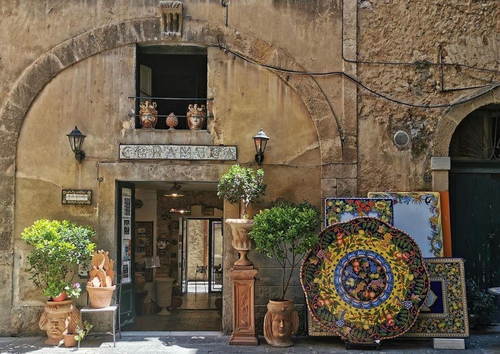 bottega di ceramista a caltagirone in sicilia