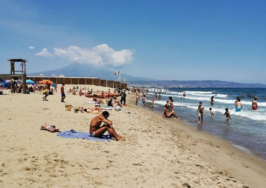 spiaggia della playa con etna sullo sfondo
