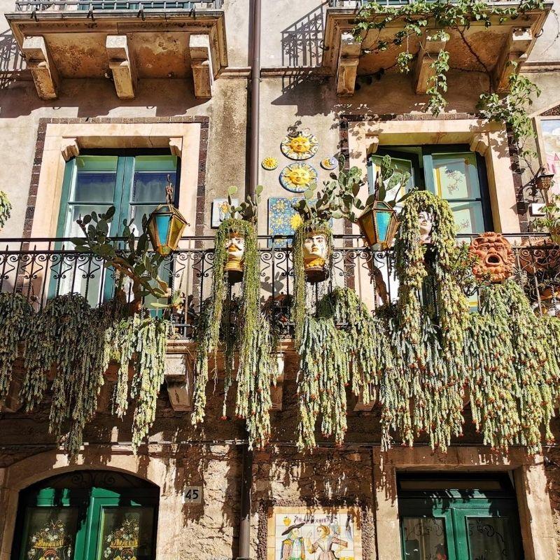 balconi con piante e ceramiche siciliane nei vicoli del centro storico