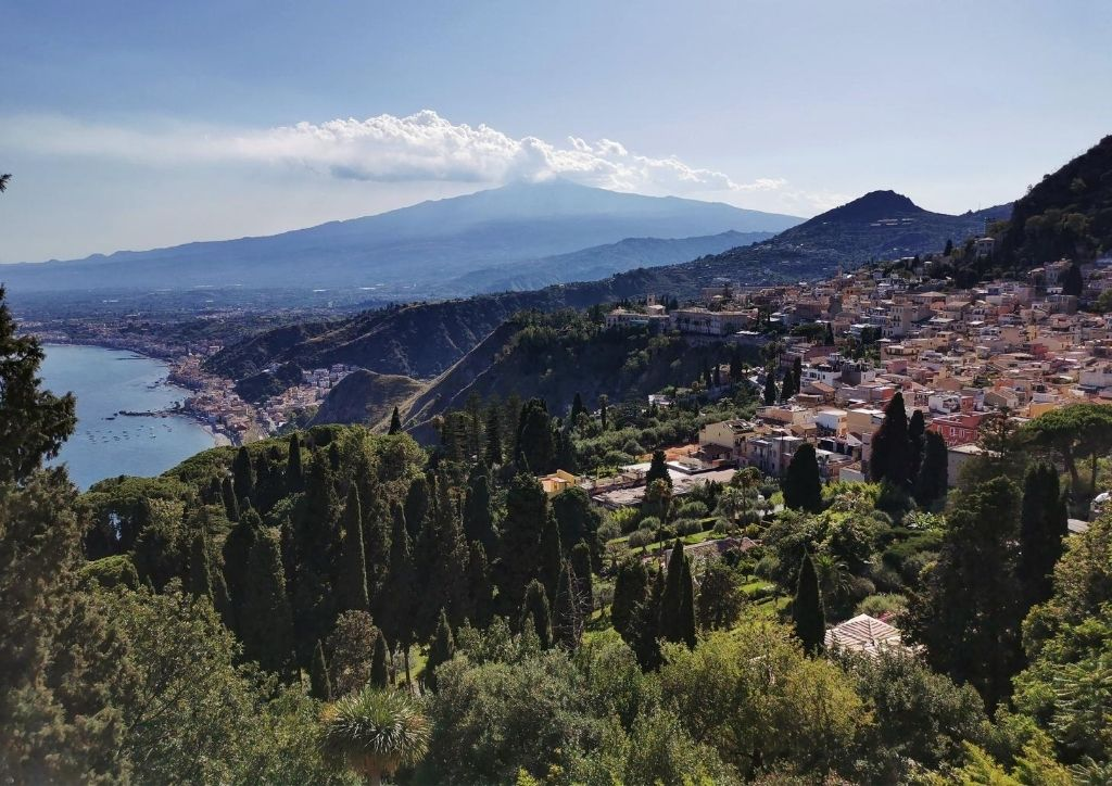 vista di Taormina, della costa e dell'Etna
