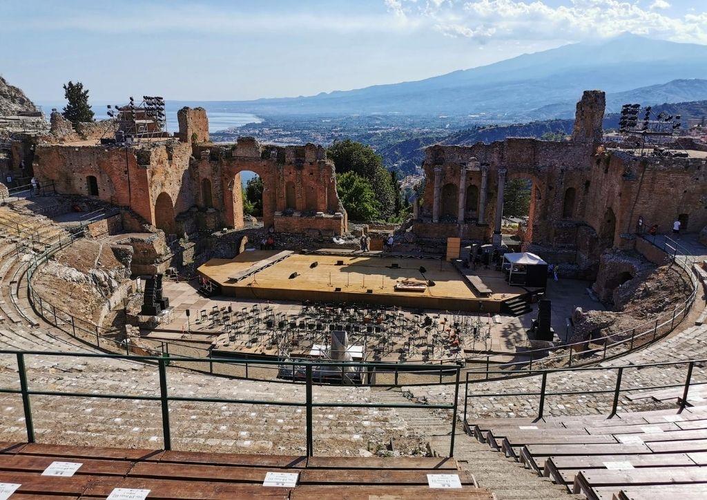vista del mare e della scena del teatro antico di taromina