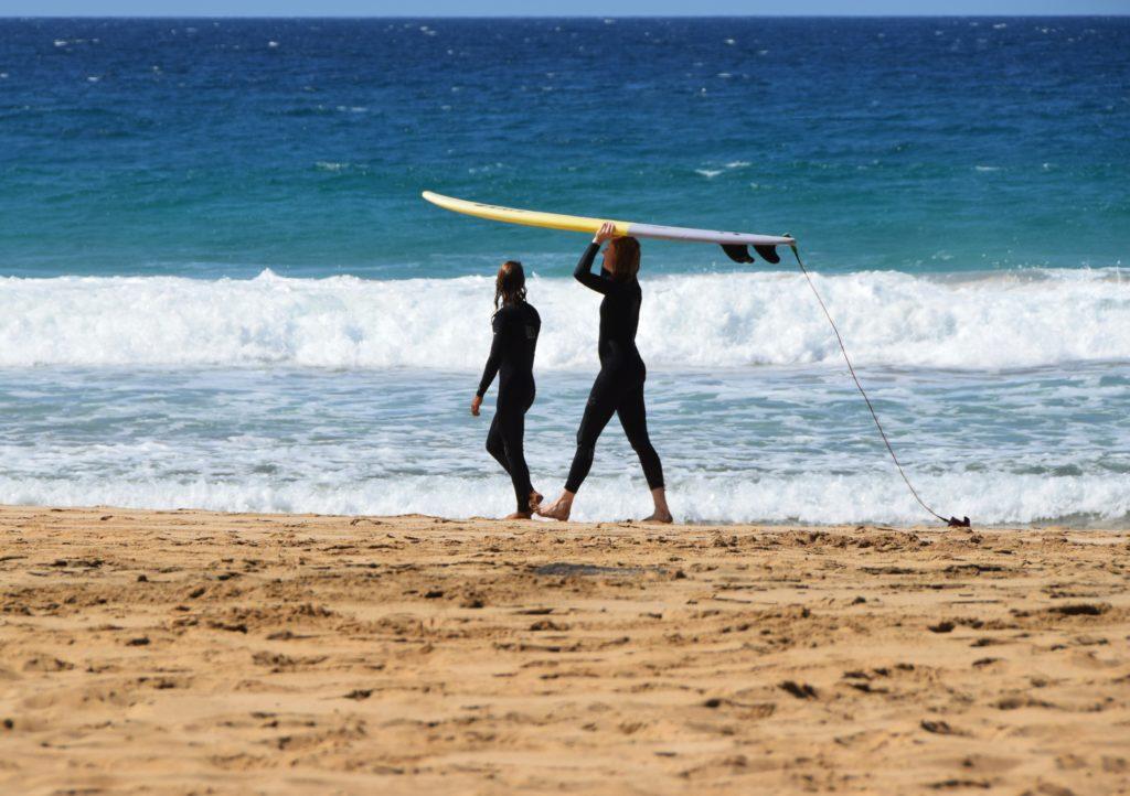surfisti sulla spiaggia di fuerteventura