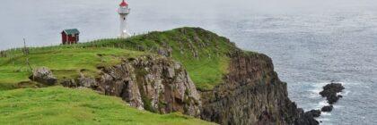 Faro sulla scogliera dell'isola di Suduroy