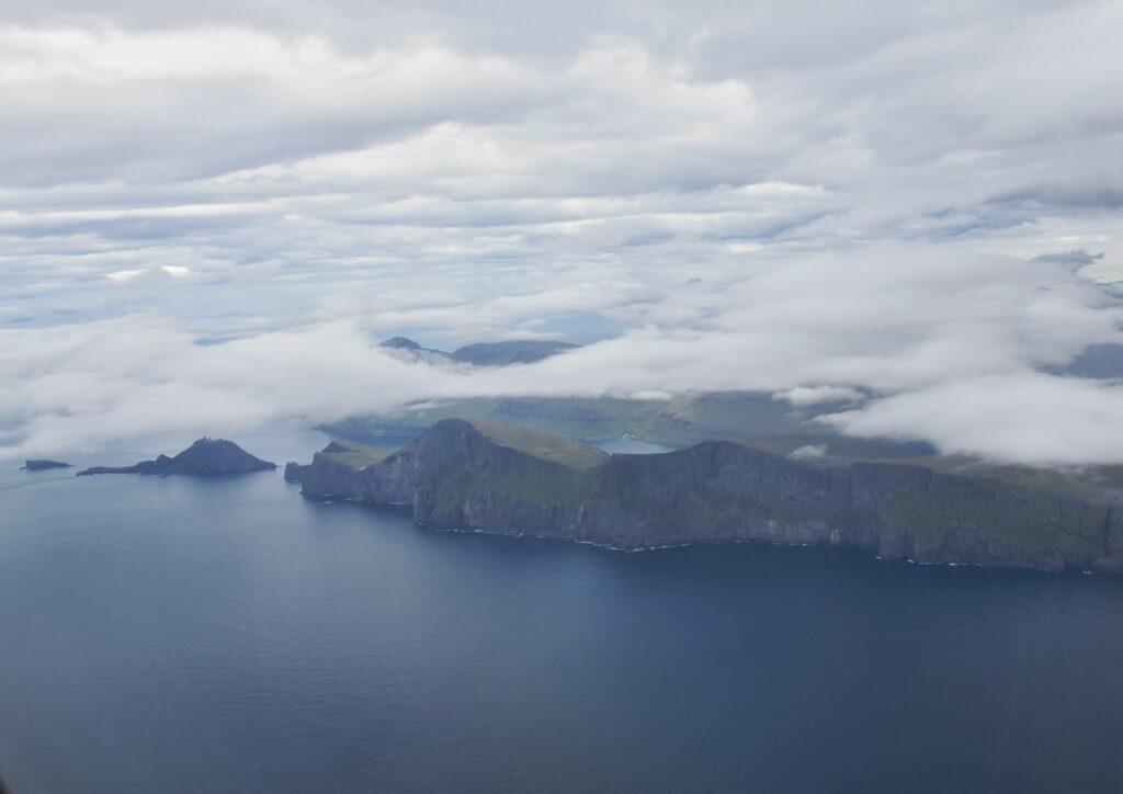 isole e scogliere ricoperte dalle nuvole
